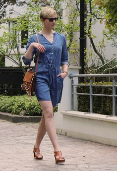 Sommerliches Jeanskleid mit Taschen von @Tchibo  #look #fashion #style #outfit #mode #frauen #kleid #jeans #sportlich #freizeit #spring #summer #sommer #frühling #mädchenhaft #tencel #blue #blau #nachhaltig #nachhaltigkeit #sustainable #sustainability #chloe #faye #dupe #cognac #leather #dress #short #hair #sunnies #sunglasses