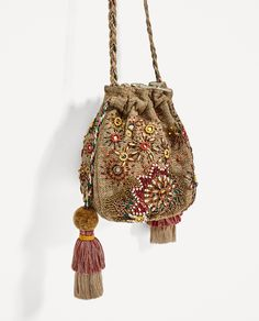 Zara Beaded Bucket Jute Tassel Mini Crossbody c Pochette Portable, Motifs Perler, Potli Bags, Ethnic Bag, Do It Yourself Fashion, Embroidery Bags, Boho Bags, Beaded Bags, Woven Bags
