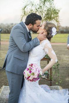 http://lapisdenoiva.com/casamento-rosa-azul-amanda-e-daniel/  Foto: Graciella Kaneblai e Vanessa Ferreira