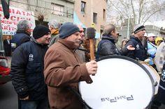 El compañero Juan Jose Battistoni tocando el bombo, acompañado de Leonardo Fusco en la marcha en Laboratorio Omega