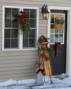 OutdoorDecoratingIdeas thumb Outdoor Vintage Christmas Decorating Ideas & How to Make a Bow! *Like the idea of putting something between our two center windows outside.