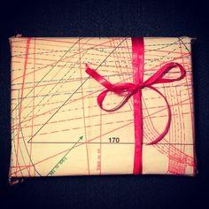 Årets gavepapir: stoffmønster fra gamle håndarbeidsblader #gjenbruk #miljøvennlig Tape, Packaging, Gift Wrapping, Retro, Gifts, Presents, Duct Tape, Wrapping Gifts, Wrapping