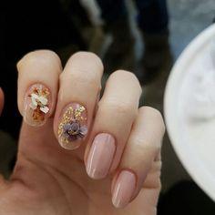 "3,952 Likes, 29 Comments - 유니스텔라 네일_박은경 (@nail_unistella) on Instagram: ""#dryflowernail @marieclairekorea editor @milkywaybook florist @fromkmin handmodel…"""