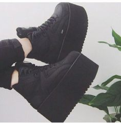 Image de grunge, black, and shoes Grunge Shoes, Goth Shoes, Grunge Outfits, Grunge Fashion, Dr Shoes, Me Too Shoes, Aesthetic Shoes, Aesthetic Fashion, Mode Emo