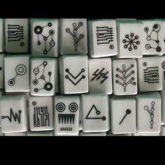 """MAHJONG by KINAGORSKA  Ekskluzywny zestaw do gry Mahjong przeznaczony dla 4 osób. Zestaw wykonany jest z najwyższej jakości porcelany i był prezentowany na wystawie pt. """"Najlepsze dyplomy designerskie"""" w roku 2010.W skład zestawu wchodzą 144 klocki do gry zdobione wzorami inspirowanymi tradycyjnymi, lecz w zupełnie nowej, nowoczenej aranżacji."""