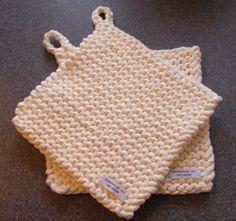 Mangler du en hurtig julegave kunne de her måske være en idé...? Tykke grydelapper strikket af stofgarn fra Stof og stil (magen til zpa... Crochet Home, Knit Crochet, Crochet Placemats, Knitting For Charity, Pot Holders, Crochet Bikini, Flamingo, Diy And Crafts, Projects