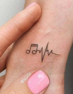 Erste Tattoo-Platzierung am Handgelenk: 42 Tiny Hand Wrist Tattoo-Ideen für die… First Tattoo Placement on the Wrist: 42 Tiny Hand Wrist Tattoo Ideas for the Wife – Page 34 of 42 – Tattoo & Body Painting – Tiny Tattoos For Girls, Wrist Tattoos For Women, Cool Small Tattoos, Small Wrist Tattoos, Tattoos For Women Small, Unique Tattoos, Awesome Tattoos, Small Music Tattoos, Hand Tattoo Small