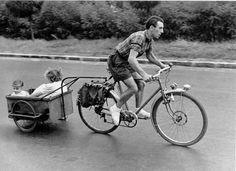 DOISNEAU  - Cycliste et pere - 1950