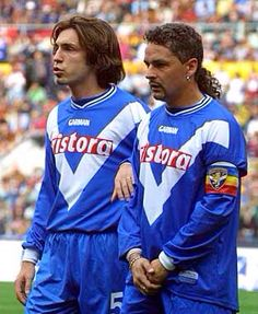 Andrea Pirlo y Roberto Baggio Football Drills, Football Icon, Best Football Players, Football Design, Football Uniforms, Football Photos, World Football, Football Kits, Sport Football