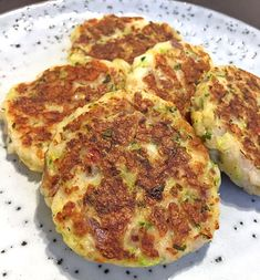 Halloumi and zucchini steaks with mint yogurt - Sports health-Halloumi- och zucchinibiffar med myntayoghurt – Sporthälsa Halloumi and zucchini steaks with mint yogurt – Sports health - Hallumi Recipes, Clean Recipes, Easy Healthy Recipes, Veggie Recipes, Vegetarian Recipes, Healthy Meals, Delicious Recipes, Halloumi, Zeina
