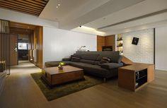 降低桌面的高度,讓客廳空間放大,看起來更加地寬廣舒適