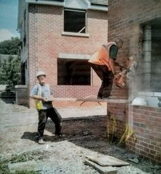 58 Photos That Show Reasons Why Women Live Longer Than Men - Famepace Construction Fails, Construction Safety, Safety Fail, Darwin Awards, Men Are Men, Safety Training, Comedy Memes, Workplace Safety, Safety First