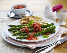 Unser beliebtes Rezept für Gebratener grüner Spargel in Balsamicosud mit Salsa-Dip und geröstetem Baguette und mehr als 55.000 weitere kostenlose Rezepte auf LECKER.de.