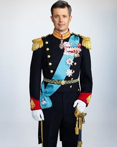 Royal Family Around the World: New portraits of Crown Princess Mary and Crown Prince Frederik of Denmark released by the Danish royal court on September 2015 Princesa Mary, Crown Princess Victoria, Crown Princess Mary, Mode Russe, Danish Prince, Prince Héritier, Burgundy Gown, Prince Frederik Of Denmark, Prince Frederick