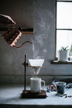 Filterkaffee. Handgefiltert. Frisch aufgebrüht. Bronze. Klassisch. Kaffeebohnen.