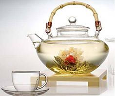Blooming tea How many kinds of blooming tea is there Chocolate Pots, Chocolate Coffee, Pause Café, Glass Teapot, Cuppa Tea, Flower Tea, Teapots And Cups, Tea Art, My Cup Of Tea