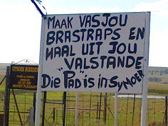 """Die pad is in sy moer"" - hilarious. Snapped by Linda Fletcher on the outside Bethlehem, Free State. Best Quotes, Funny Quotes, Afrikaanse Quotes, Nostalgic Images, Free State, Daily Thoughts, Twisted Humor, My Land, Funny Signs"