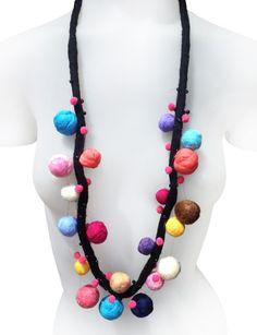 Collar pompones * Diana Hecho a Mano * Feria Central