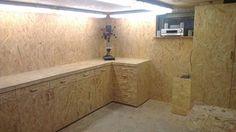 Ein Traum aus OSB und einer Nacht.    Den ganzen Sommer habe ich mir den Traum von meiner Werkstatt erfüllt. Vom Boden bis zur Decke ist der gesamte Raum mit OSB verkleidet.  In den Wänden befinden sich Einbauschränke, welche viel Platz für Holzreste und Werkzeug bieten.    Das Herzstück ist jedoch meine Werkbank, welche massive 6 cm dick ist. Komplett plan und mit Hilfe von Justierschrauben au...