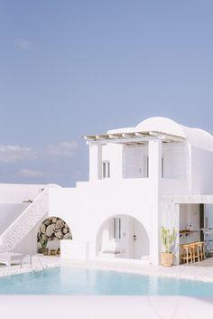 Beautiful Buildings, Beautiful Places, Dream Home Design, House Design, Greece Honeymoon, Honeymoon Ideas, Greece House, Santorini House, Mykonos Villas