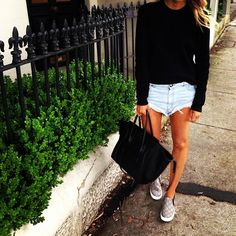Love shorts with a jumper, sneakers & oversize bag. Finish with a cap for a fresh, youthful look.