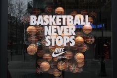 Nike, the creator of All Star Games celebrated its 10th anniversary in Bercy on the 29th of December last year. For the celebration the shopwindows got entitled to basketball with a harmonic arrangement of nicely illuminated balls in different compositions.