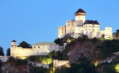 Trenčiansky hrad – dominanta Považia na strmom brale - zenysostylom. Vintage Stuff, Castles, Medieval, Aircraft, Mansions, House Styles, Home Decor, Places, History