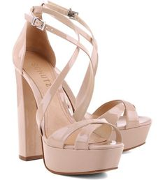 As suas curvas nunca tiveram tão em alta, e inspirada nelas, trouxemos sandálias que apostam na sensualidade dos seus pés como destaque do look. A meia pata é uma tendência forte, que garante ainda m