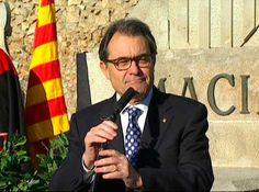 """Mas replica Felip VI: """"No s'ha d'obligar ningú a viure d'una manera que no vol viure"""" - elsingular.cat, 25/12/2014. El president de la Generalitat, Artur Mas, ha replicat avui el discurs que va fer ahir el rei Felip VI, on es va referir a Catalunya. Després d'explicar que no va sentir en directe el discurs del monarca espanyol, Mas l'ha avisat que """"el respecte que moltes vegades es demana passa perquè els catalans puguin decidir el seu futur polític""""."""