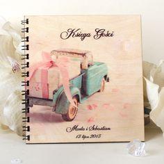 Drewniany album na zdjęcia - motyw samochodu z prezentem.
