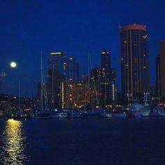 【yuta.0622】さんのInstagramをピンしています。 《🌕Moonlight🌃 ♕ ハワイの夜景とスーパームーン👍💯💙 月の明かりが海に反射して すごく綺麗でした😌📸✨ こんだけ明るかったらナイトサーフィン出来たなぁ〜🏄🏾‼️ ♕ #ハワイ #hawaii #ホノルル #honolulu #アラモアナ #alamoana #南国 #リゾート #resort #月明かり #moonlight #月 #moon #夜景 #nightview #海 #sea #ocean #ビーチ #beach #スーパームーン #🌕 #filmwalkr #写真好きな人と繋がりたい》