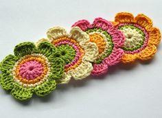Pretty crochet flowers - love the colours :-) Freeform Crochet, Crochet Motif, Crochet Stitches, Knit Crochet, Knitted Flowers, Crochet Flower Patterns, Flower Applique, Crochet Cross, Love Crochet