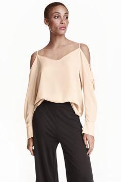 Blusa hombro descubierto: Blusa oversize de tela con escote de pico delante y detrás. Modelo de hombro descubierto, con tirantes finos y mangas anchas largas con botón en los puños.