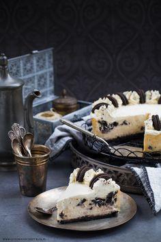 Lubicie Oreo? Jeśli tak, to z pewnością pokochacie ten sernik :) Idealnie kremowy, delikatny, z dużą ilością ciasteczek i masą z mascarpone i kremówki. Pod