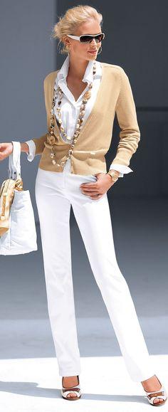 A kis kötött kardigán, amely ha kell elegáns, ha kell laza és kötetlen, és a hozzá illő kendő a táskán teszi teljessé.
