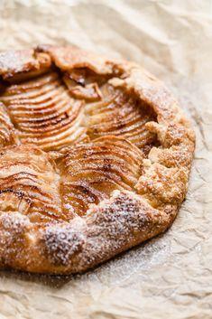 Easy Peazy Cinnamon Apple Galette with Vanilla Ice Cream - Broma Bakery - Köstliche Desserts, Apple Desserts, Apple Recipes, Baking Recipes, Dessert Recipes, Health Desserts, Cake Recipes, Dessert Simple, Gallete Recipe