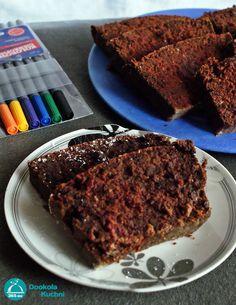 Brownie z buraka   duży burak (ok. 300 g) tabliczka gorzkiej czekolady 270 g mąki ryżowej łyżeczka proszku do pieczenia 3 kopiaste łyżki kakao 2 jajka 100 ml mleka ryżowego 40 g oleju kokosowego 4 łyżki miodu 3 łyżki ksylitolu