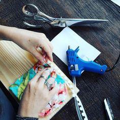 Já tá rolando o #ateliedesegunda e a anfitriã hoje é a @mariliacalaresoatelie  O projeto do dia é tábua com bolso de tecido! #tabuacombolso #pap #diy