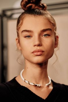 At Fendi, Peter Philips created a perfected make-up look with gloss eyelids and highlighted skin, with hair in a high topknot with spiral-curled strands loose around the face 90s Makeup, Runway Makeup, Hair Makeup, Crazy Makeup, Makeup Trends, Beauty Trends, Hair Trends, Beauty Make-up, Beauty Hacks