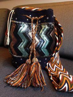 Mochila Wayuu color azul oscura intervenida con cristales de swarovski originales y lentejuelas
