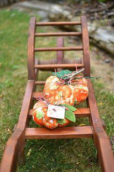 Barvy+podzimu3+Textilní+dýně+vhodná+do+vašich+domovů+i+do+zimních+zahrad.Ušitá+z+kvalitních+zahraničních+látek,+plněná+dutým+vláknem,+zdobená+lýkem+a+lístek+z+filcu.+Výška+6cm,+šířka+14cm.