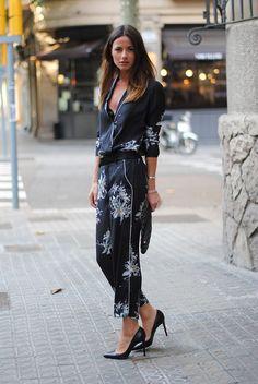 Street style de camisa e calça estilo pijamas com estampa floral