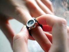 かつてのように、腕時計が絶対的な男のステータスであると言い切れなくなった現代では、「付けない」という選択も広く受け入れられている。その理由として、「服...