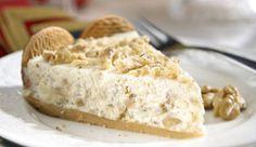 Torta com recheio cremoso de LEITE MOÇA® e nozes, decorada com Biscoito CALIPSO®