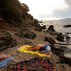 Même en vacances on conserve sa routine matinale  avec cette vue c'est un vrai #bonheur de se mettre en mouvement des le matin  #movement #morningroutine #yoga #privatebeach #sunrise #goodmoments #keepmoving #bemorehuman #bethechange