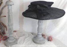 Duo de porte-chapeaux, en bois, patinés très shabby et pièces uniques dans leur conception.