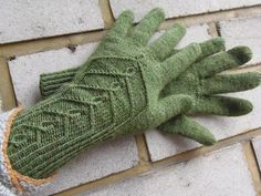 Lankaterapiaa: Hovikelpoiset sormikkaat - Hovineito and Knotty Gloves together Knit Mittens, Mitten Gloves, Knit Crochet, Miscellaneous Things, Pretty, Knitting Ideas, Crocheting, Knit Patterns, Breien