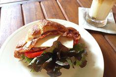 いつ来ても安定の美味しさ 地元の人も欧米人もひっきりなしにやってくる 生地がちゃんとシャキンとしたクロワッサンサンド60B 大満足 甘いパンもラテもあるからカフェとしてもよし . . #thailand #chiangmai #bakery #food #foodie #breakfast #scenery #life #eatlocal #trip #タイ #チェンマイ #暮らし #チェンマイ暮らし #風景 #旅 #朝ごはん #世界の朝ごはん