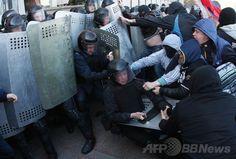 親ロシア派が2都市の行政庁舎を占拠、ウクライナ東部 国際ニュース:AFPBB News    ウクライナ東部ドネツク(Donetsk)で、政府庁舎に侵入し、機動隊と衝突する親ロシア派の人々(2014年4月6日撮影)。(c)AFP/ALEXANDER KHUDOTEPLY