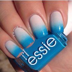 Bellas uñas de forma rectangular decoradas con degradados en color beige y azul.